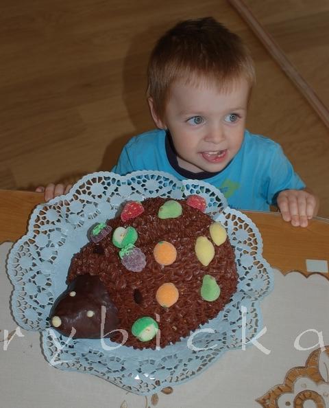 Lukášek s nazdobeným dortem