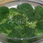 3) Rozdělenou brokolici spaříme vroucí vodou na 5 minut, nebo necháme změknout v páře.