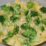 5) Pekáč vymažeme kouskem másla, nasypeme do něj polovinu brambor, k nim polovinu brokolice v drobných růžičkách.