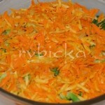 6) Jako další vrstvu dáme polovinu mrkve s celerem. Osolíme, brambory už slané jsou, ale zelenina ne. Posypeme přiměřeně granulovaným česnekem.