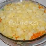9) Dále navrstvíme opět mrkev s celerem, posypeme česnekem, jemně solí a jako psolední vrstvu rozložíme opět brokolici a na závěr brambory. Mírně stlačíme.