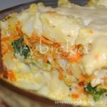 10) Pečeme 50-60minut při 190-200stupních. Po 15 minutách prolijeme rozmíchaným osoleným vajíčkem a 10 minut před dopečením odkryjeme a posypeme strouhaným sýrem.
